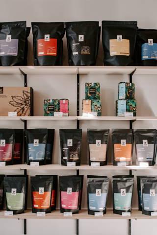 Gefülltes Regal mit Kaffee zum Verkauf im Cafe