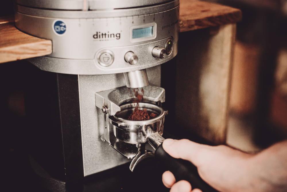 Mahle den Kaffee in feinster Einstellung. Es gilt die Faustregel: je kürzer die Kontaktzeit mit dem Wasser, desto feiner der Mahlgrad.