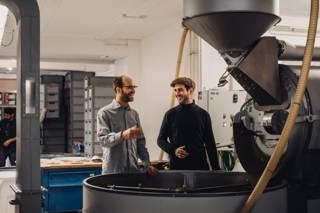 Fachsimpeln beim Kaffeerösten