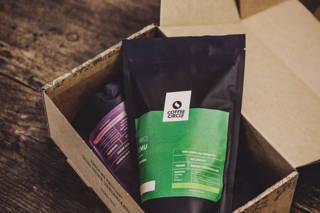 Zwei Kaffees aus der Geschenkverpackung