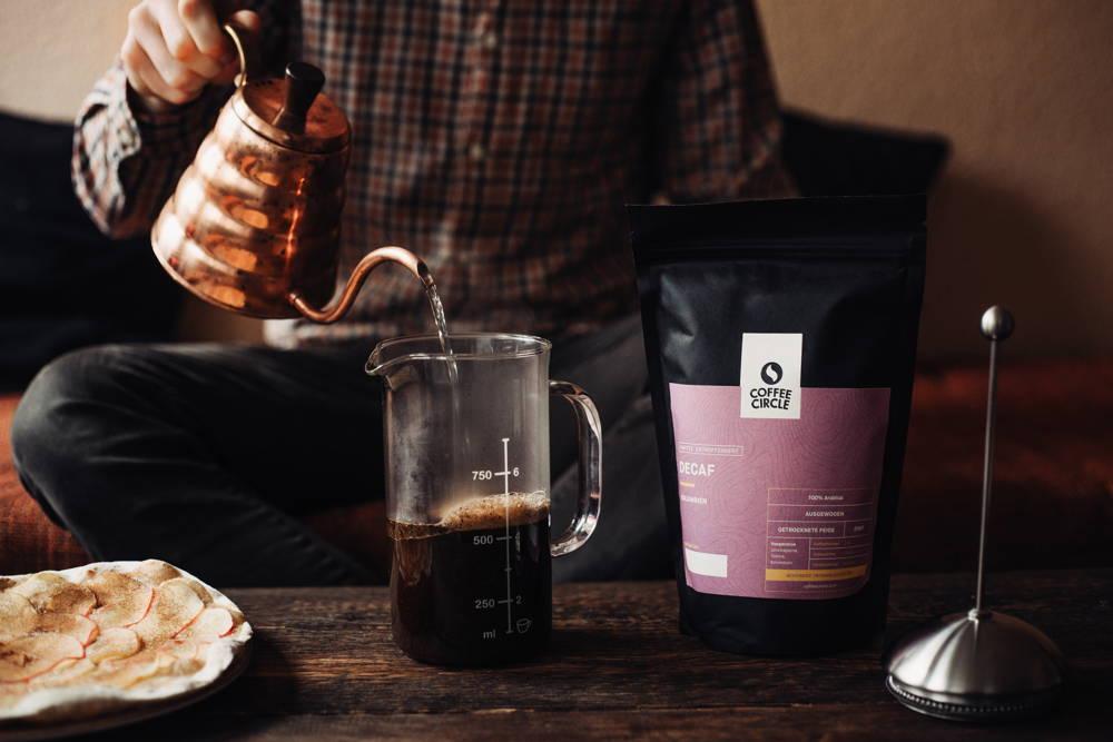 Decaf Kaffee wird aufgegossen und gebrüht