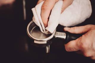 Reinige den Siebträger bevor du deinen Espresso ziehst.