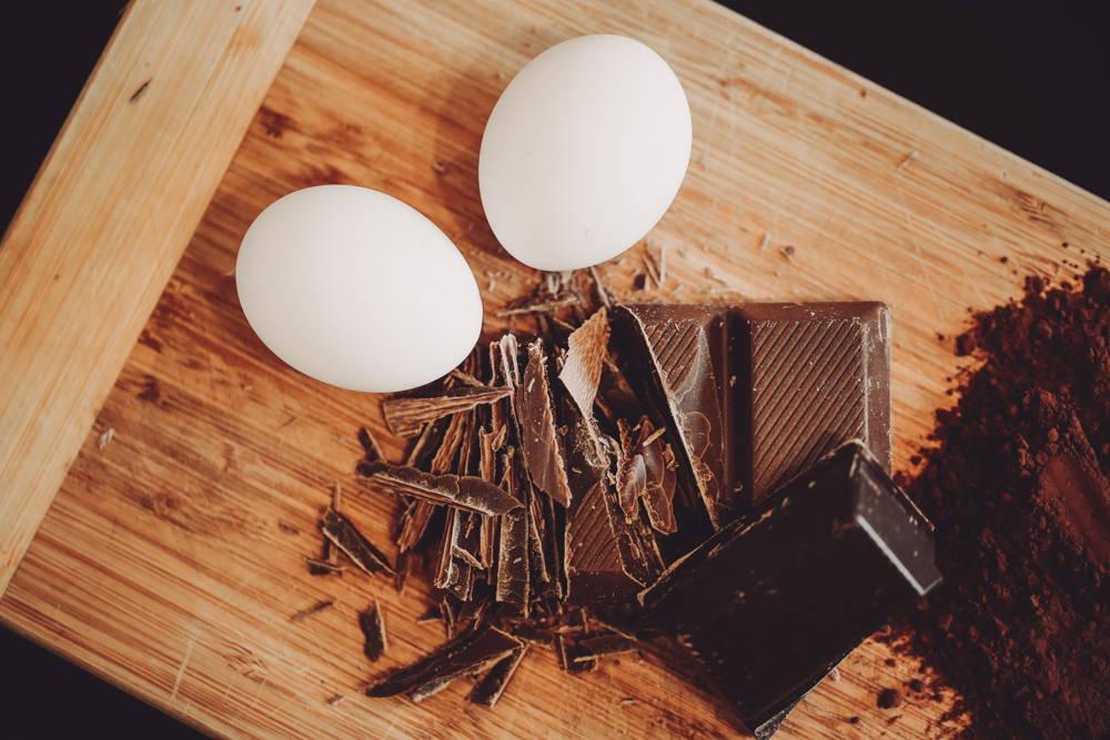 Eier und Schokolade für die Plätzchen