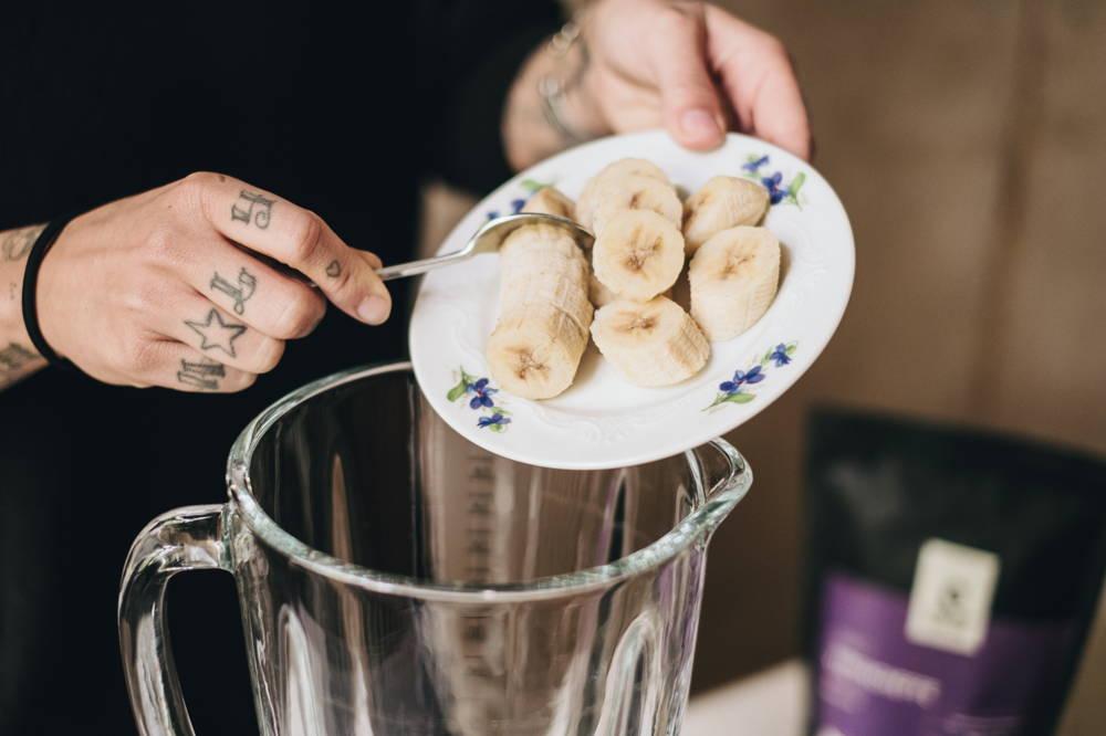 Gefrorene Banane kommt in den Mixer