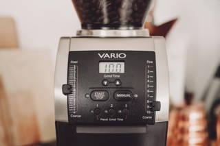 Achte darauf, den Kaffee für die Karlsbader Kanne in der gröbsten Einstellung zu mahlen.