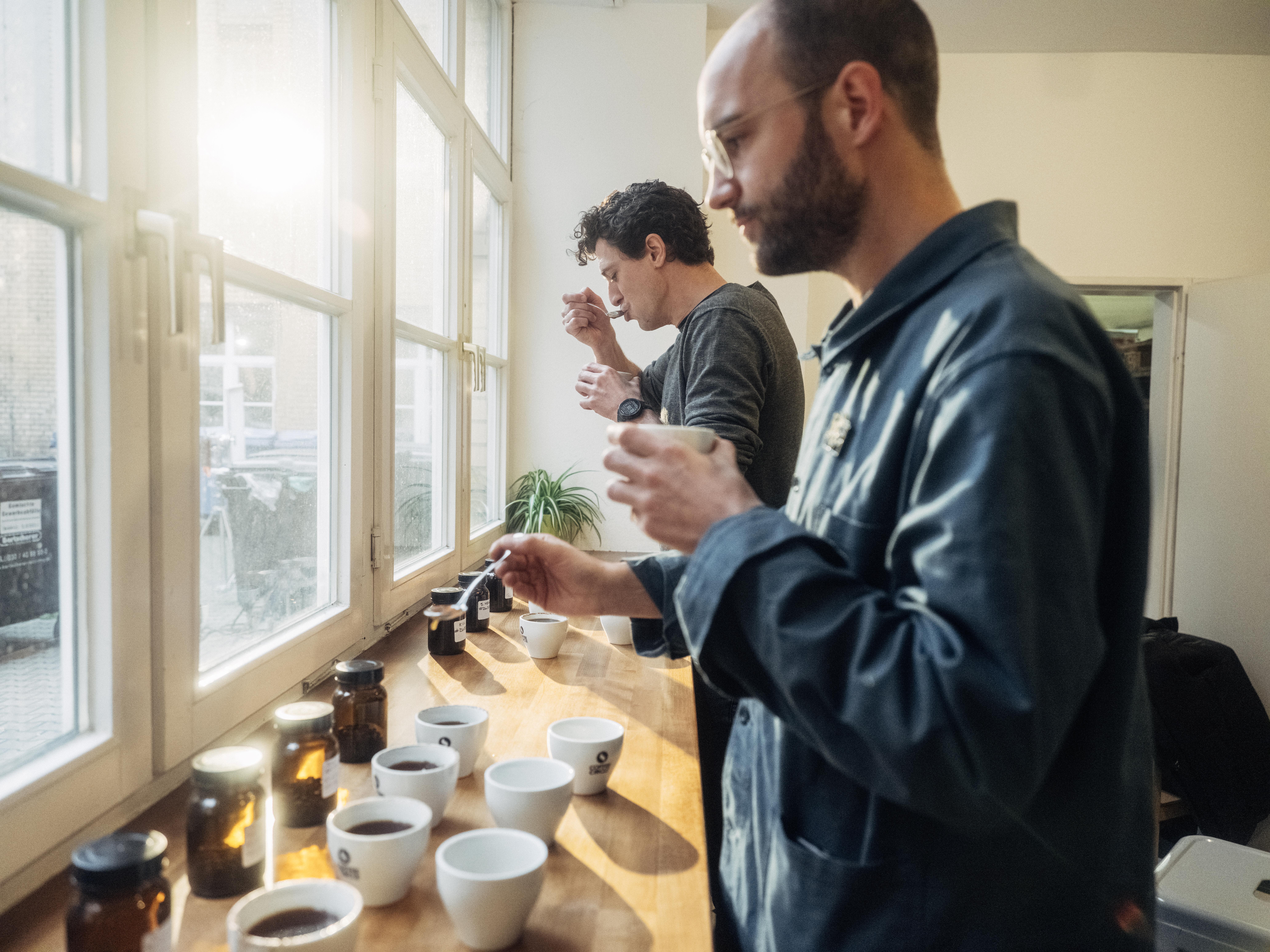 Martin und Hannes testen Kaffees