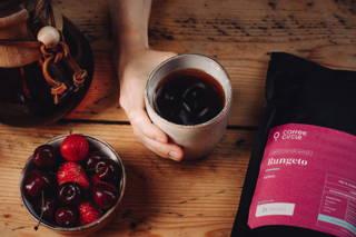 Rungeto als Cold Brew im Sommer mit Früchten