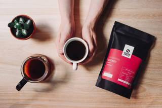 Gemütlich eine Tasse frisch gebrühten Spezialitätenkaffee trinken