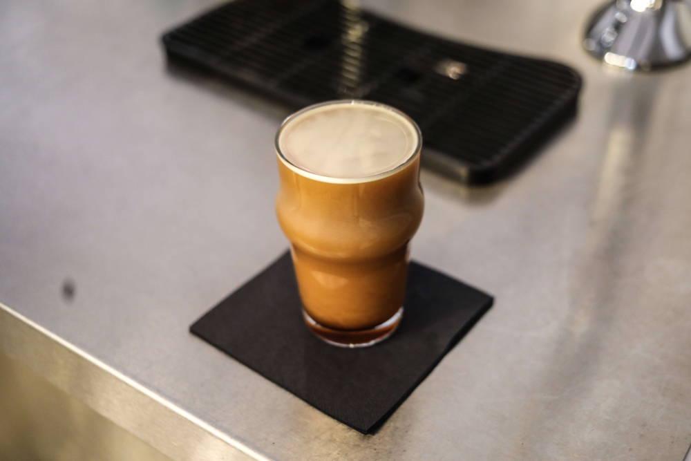 Frisch gezapfter Nitro Coffee