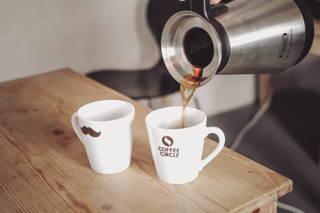 Der Kaffee ist fertig! Genieße und teile ihn mit deinen Kollegen.