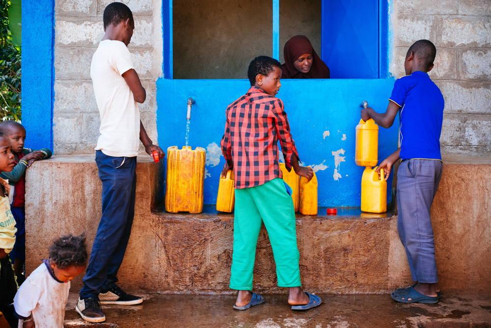 Mit dem WaSH Projekt werden wir mehr als 18.900 Menschen Zugang zu sauberem Trinkwasser bieten. Derzeit profitieren bereits 6.700 Menschen davon.