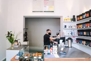 Baristas am Kaffee zubereiten in dem Cafe in der Bergmannstrasse