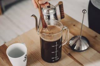 Rühre den Kaffee gut durch