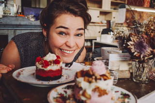 Ariane probiert die Törtchen im Café