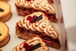 Kuchen und Törtchen im Café du Bonheur
