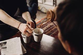 Perfekt: Zeitung lesen und Kaffee trinken