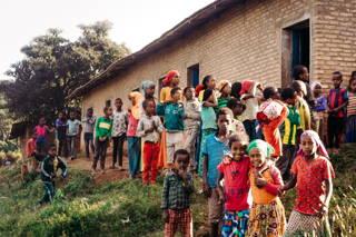 Die Kinder vor der Schule