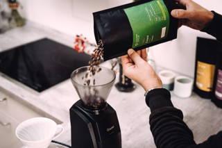 Limu Filterkaffee Bohnen in der Baratza Encore Mühle mahlen