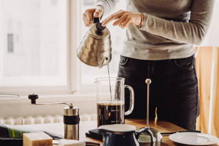 Die Handkaffeemühle ist perfekt mit der French Press