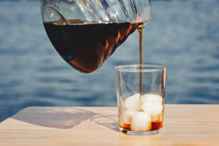 Eiskaffee am Wasser