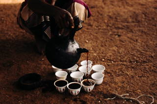 Verteilen des Kaffees