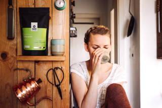 Frau trinkt Geta Bore Kaffee in der Küche