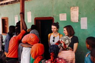 Katrin und Julia mit den Dorfbewohnern
