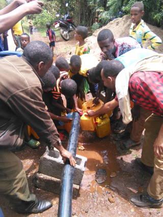 Abfüllen des Wassers