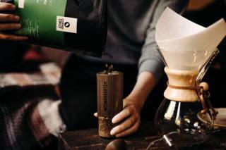 Weihnachtliches Mahlen von Limu Kaffee