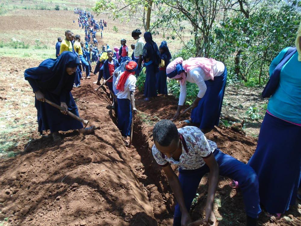 Gemeinsames Ausheben der Gräben für die Wasserleitungen