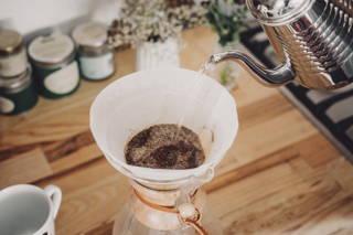 Feuchte das Kaffeepulver an