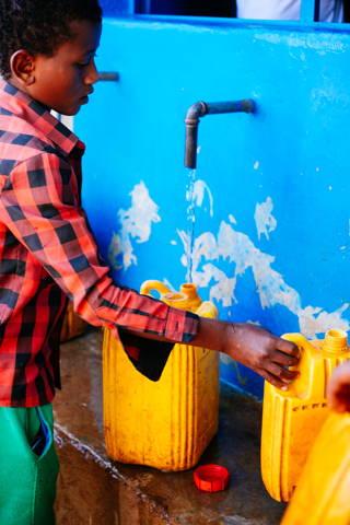 Wasser wird in Kanister gefüllt