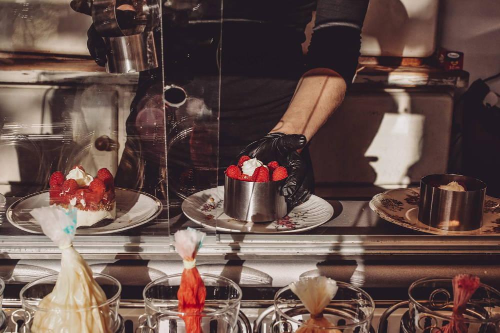 Mit viel Sorgfalt stellt Anne die Törtchen im Café zusammen