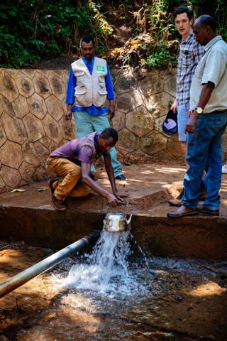 Man kann auch direkt an der Quelle Wasser holen. Viele Menschen laufen täglich mehrere Kilometer dorthin, da sie sonst auf verschmutzt Quellen zurückgreifen müssen.
