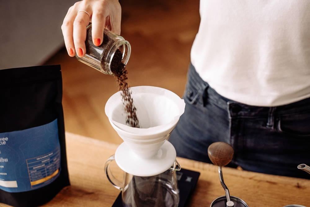 Karibu Filterkaffee frisch gemahlen in dem Hario Handfilter