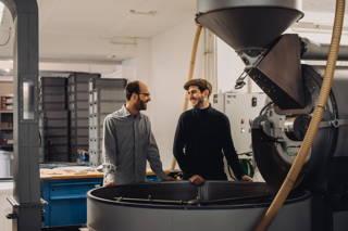 Hannes und Ersin an der Röstmaschine