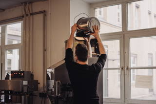 Der Kaffee wird abgepackt und verschweißt