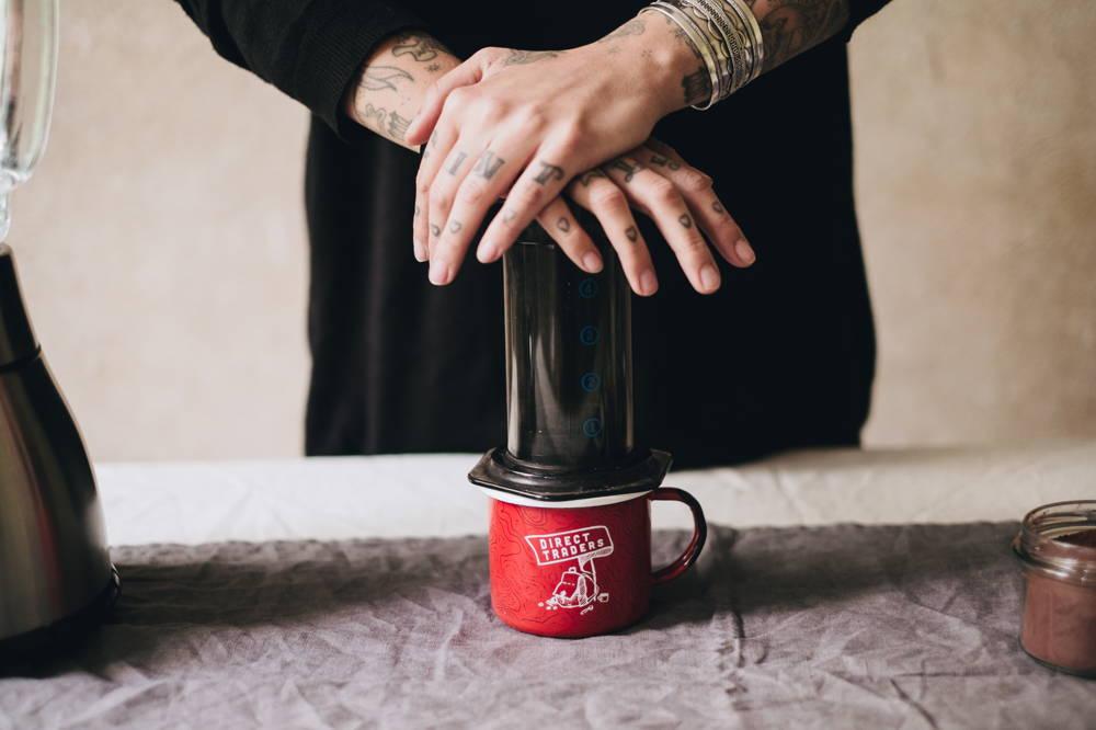 Eine halbe Tasse Kaffee aus der Aeropress