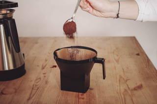 Füge nun 8 Esslöffel Kaffeemehl in den Kaffeefilter hinzu.