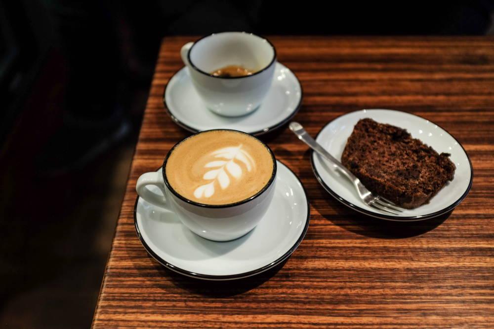 Latte Art und Kuchen