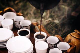 Eingießen des Kaffees