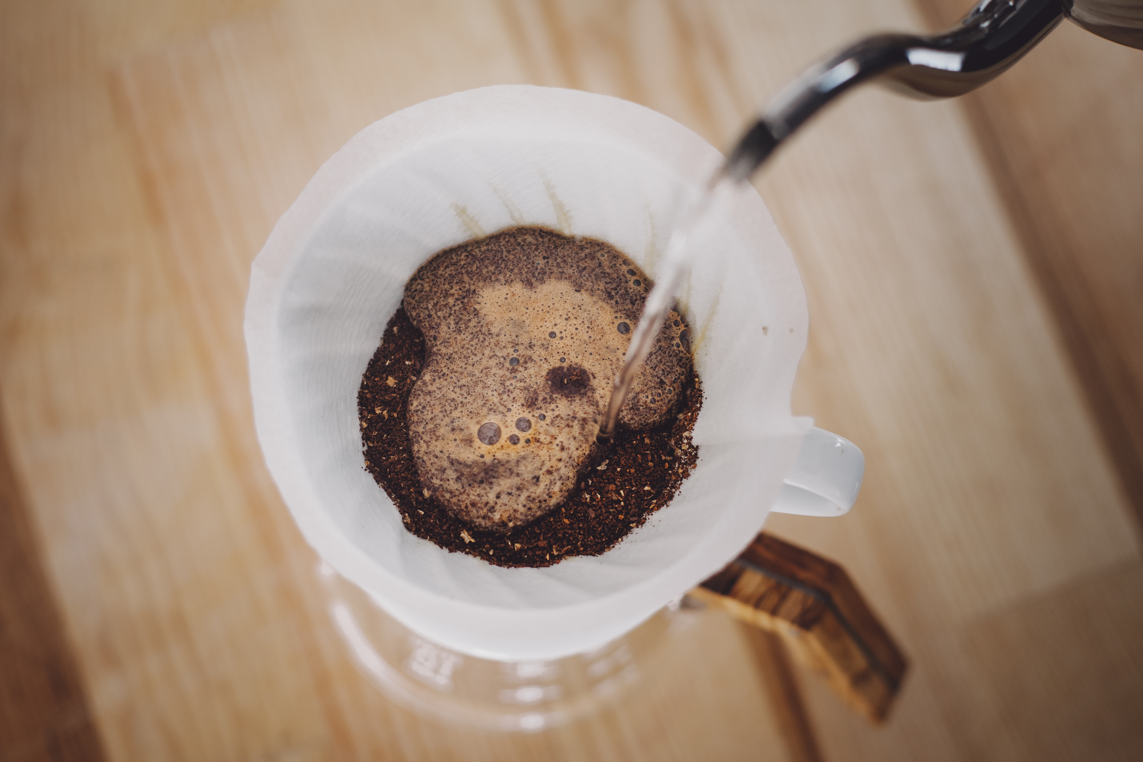 Feuchte das im Porzellanfilter befindliche Kaffeepulver nun zunächst mit einer kleinen Menge Wasser an.