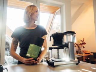 Frau beim Limu Kaffee zubereiten